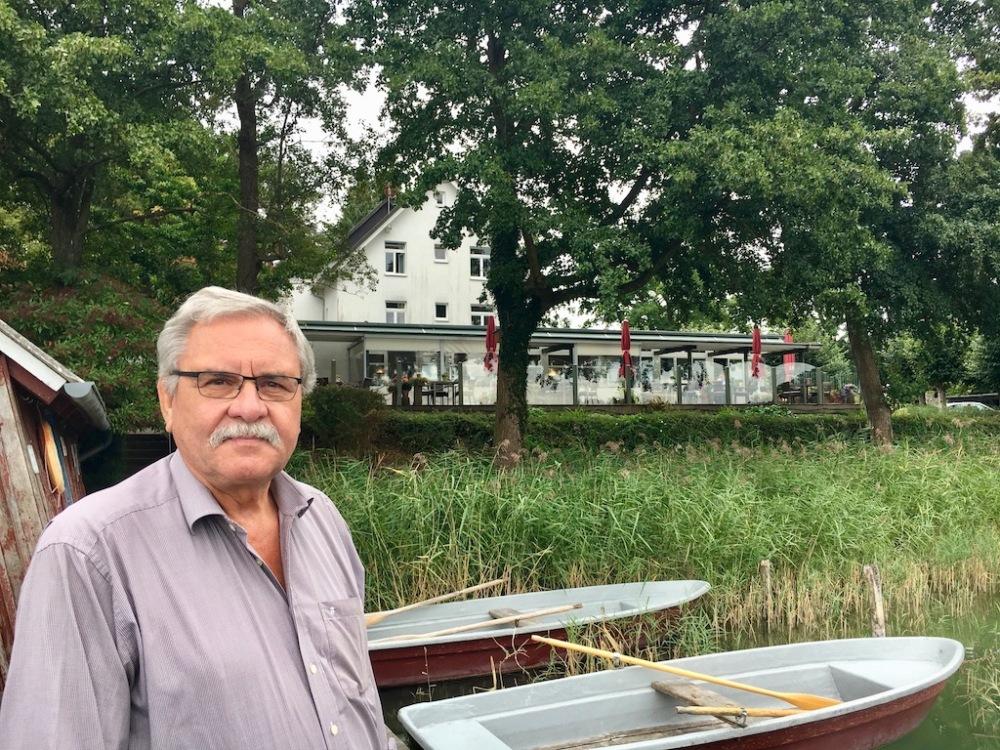 Reinhard Tänzer vor Seehof Lychen