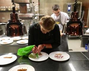 Julia Komp richtet einen Teller an. ©Oliver Numrich